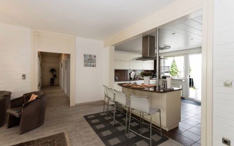 Die offene Küche mit Kochinsel und allen Annehmlichkeiten